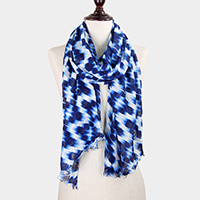 Patterned scarf with frayed hem