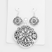 Embossed Quatrefoil Magnetic Pendant Set